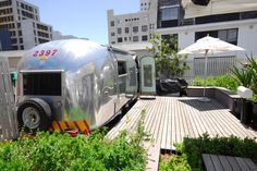 Grand Daddy Hotel in Cape Town with it's famous Airstream Rooftop Trailer Park. Guests have their choice of 7 vintage Airstreem Trailers brought directly from the USA for an alternative stay on bustling Long Street. Airstream Living, Airstream Renovation, Airstream Interior, Vintage Airstream, Airstream Trailers, Vintage Trailers, Travel Trailers, Vintage Campers, Camping Glamping
