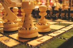 PARIS :  Tous les jours à Paris, au Jardin du Luxembourg, des échiquiers sont mis à disposition gratuitement. Des tournois d'échecs tous niveaux y sont organisés :  débutants, adeptes, intermédiaires, entraînés et experts peuvent s'y rencontrer.   En général, durant les beaux jours, les tournois commencent à partir de 9h et se finissent à la fermeture du parc. Durant l'hiver, des passionnés se réunissent pour continuer leur partie d'échec.  DATES : > facebook échecs au jardin du Luxembourg