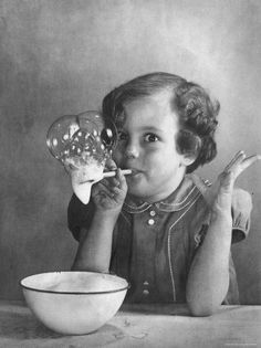 Girl Blowing Soap BubblesBy Gjon Mili Photographic Print: Girl Blowing Soap Bubbles by Gjon M Life Pictures, Old Pictures, Old Photos, Robert Doisneau, Vintage Pictures, Vintage Images, Vintage Ads, Vintage Black, Gjon Mili