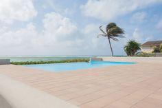 Résidence Eden Blue avec piscine à débordement avec accès direct au lagon de #SainteAnne // The Eden Blue Residence enjoys an infinity pool with direct access to #SainteAnne #lagoon