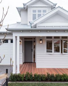 Home Renovation Exterior Designed by this home has warmly welcomed the Hamptons style into the suburb of Essendon, Victoria. Exterior Colonial, Café Exterior, House Paint Exterior, Exterior House Colors, Exterior Design, House Ideas Exterior, Outdoor House Colors, Exterior Houses, Bungalow Exterior