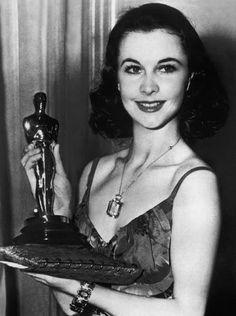 """Vivien Leigh con l'Oscar che ha ricevuto per """"Via col vento"""" nel 1939."""