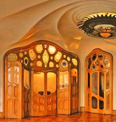 Oak and crystal Set of folding doors Architect Antoni Gaudí. Casa Batlló is a remodel of a previously built house. It was redesigned in Barcelona, Catalonia. Architecture Art Nouveau, Amazing Architecture, Art And Architecture, Art Deco, Casa Gaudi, Art Nouveau Arquitectura, Antonio Gaudi, Folding Doors, Ramen