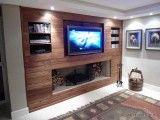 Painel de TV com nichos e lareira
