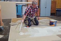 Martin Timell limmar ett nytt linoleumgolv i Äntligen hemma.
