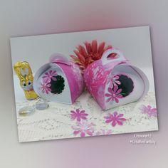 Eine nette kleine Frühlingsschachtel, beliebig zu befüllen. Ob als Geschenk oder als Teil der Tischdeko - eine bezaubernde Kleinigkeit. Im Tutorial verwende ich mein Designpapier: 🐰Frühlingszauber PrettyPINK, welches als digitaler Download in meinem Etsy-Shop erhältlich ist. 🐰 Etsy Shop, Frame, Home Decor, Papercraft, Easter Activities, Creative, Gifts, Picture Frame, Decoration Home