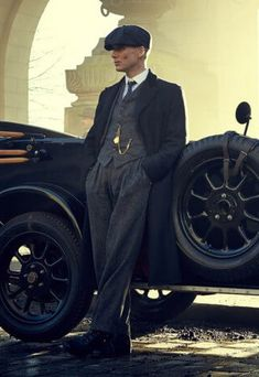 """Gold Chain Men Outfit Tommy Shelby played by Cillian Murphy in """"Peaky Blinders"""" I was sure I wasn't getting better from pneumonia because of all of the cigs he was smoking when I binged on season 1 Peaky Blinders Poster, Cillian Murphy Peaky Blinders, Mode Masculine, Gangsters, Red Right Hand, Casual Mode, Look At My, Boardwalk Empire, Blackadder"""