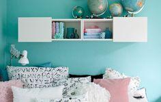 Luziina pastelovo modrá stena a čierno-biele textílie, ktoré sa ideálne dopĺňajú