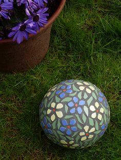 garden mosaic ball - this woman's Flicka stuff is amazing.