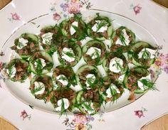 καναπέ με αγγούρι και σολομό καπνιστό | Pandespani Canapes, Sprouts, Salmon, Vegetables, Food, Hoods, Vegetable Recipes, Meals, Atlantic Salmon