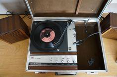 Mon tourne-disque portable de 1972 ou '74. Il fonctionne toujours, et pourtant, il a beaucoup tourné depuis toutes ces années ;)
