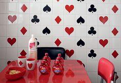 Os adesivos são baratos, fáceis de aplicar e transformam o visual dos ambientes. Aqui, os azulejos brancos da cozinha ganharam vida nova com os modelos inspirados em naipes de baralho. Projeto da estilista Patricia Grejanin  Marcelo Magnani / Casa e Jardim