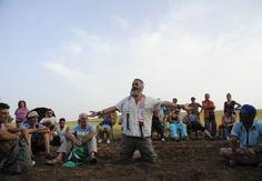 Osuna, Espagne - Juan Manuel Sanchez Gordillo (au centre) discute avec des activistes lors d'une action de protestation, août 2012: http://www.courrierinternational.com/article/2012/08/21/une-utopie-anti-crise-en-andalousie#