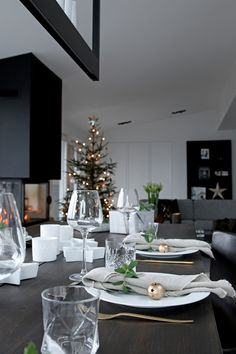 Simple and elegant table setting for Christmas.