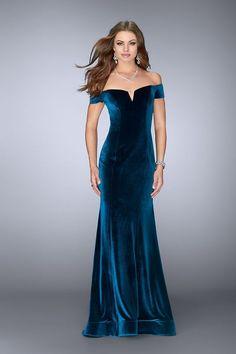 Velvet Evening Gown, Long Evening Gowns, Women's Dresses, Ball Dresses, Long Dresses, Designer Evening Gowns, Formal Dresses For Women, Beautiful Gowns, Outfit
