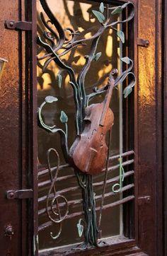 Brown. Violin. Door. Para la casa de un músico