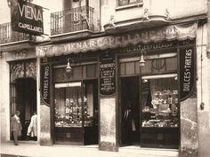 Corresponde a la tienda original  de Viena Capellanes de Marqués de Urquíjo nº 19 sobre el año 1.900, al derruir la casa la tienda se trasladó al número 17 de la misma calle. Madrid.