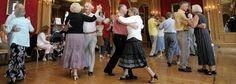 ze vinden het leuk om samen op muziek van vroeger te dansen