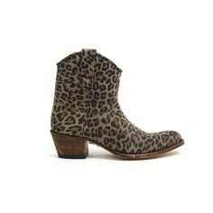 Animal prints je ziet het overal! Ook bij deze fraaie Sendra Boots, model 11578 is dit doorgevoerd. Deze Sendra Boots zijn helemaal van leer en handgemaakt. Aan de binnenzijde van de enkellaarzen een rits voor de easy in- en uitstap. De hak hoogte van de Sendra Boots is ongeveer 4 centimeter. De gehele schacht van de laarzen is uitgevoerd in de leopard look.