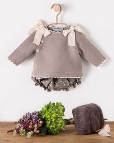 Discover thousands of images about Ideales los conjuntos de Beautiful Baby Kids Clothes, Girl Doll Clothes, Baby Sweaters, Girls Sweaters, Baby Knitting Patterns, Baby Patterns, Crochet Baby Jacket, Pull Bebe, Toddler Sweater