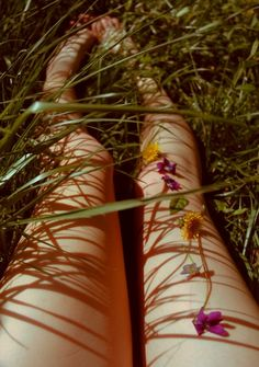 "laying down in the grass, picking and playing with flowers. ""The lovely flowers embarrass me. They make me regret I am not a bee. Summer Of Love, Summer Time, Summer Legs, Summer Skin, Foto Instagram, Belle Photo, Art Photography, Bloom, In This Moment"