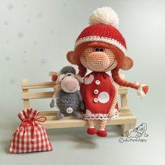 Новогодняя девочка и её маленькая овечечка сидят и ждут, когда их приютят. Рост…