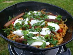 Camping koken: pasta uit de wok. Cadac Recipes, Healthy Recipes, Tasty, Yummy Food, Camping Meals, Outdoor Cooking, Wok, Holiday Recipes, Easy Meals
