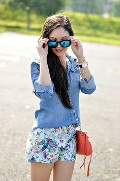 Excelente con combinación short floreado azul mas blusa de mezclilla clara