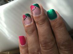 Uñas verdes y rosas... Para cuando no quieres más  flores en tus uñas