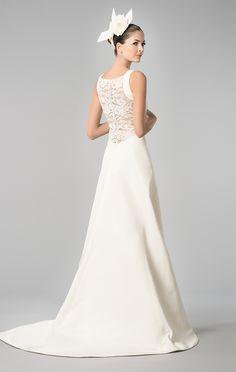 El escote en la espalda cubierto de elegante encaje en este vestido de novia