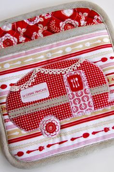 Retro Sewing camper potholder - this pin takes you to the link for the retro camper applique pattern - Dress up your kitchen with this DIY Vintage Camper Kitchen Set! The tutorial includes a free pattern and instructions for this potholder and dishtowel. Free Sewing, Vintage Sewing Patterns, Sewing Hacks, Sewing Crafts, Sewing Basics, Retro Campers, Vintage Campers, Vintage Motorhome, Vintage Rv