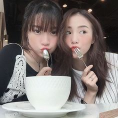 Korean girl, asian girl, group of friends, cute friends, best friend photos Mode Ulzzang, Ulzzang Korean Girl, Ulzzang Couple, Amiga Forever, Ulzzang Girl Fashion, Korean Best Friends, Bff Girls, Girl Friendship, Girl Couple