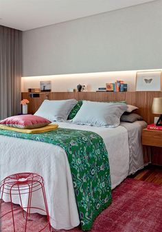 Quarto de casal com jogo de cama verde e tapete rosa Beach House Bedroom, Home Bedroom, Bedroom Decor, Small Apartment Bedrooms, Small Apartments, Table Vintage, Bedroom Pictures, Furniture Styles, Colorful Decor