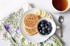 http://www.helloitsvalentine.fr/1224889/7-things-53/ - Crumpets, banana and blueberries as a breakfast