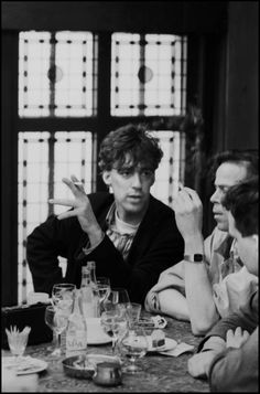 1990 - Joost Zwagerman, Martin Bril en Joost Niemöller in een café in Amsterdam.