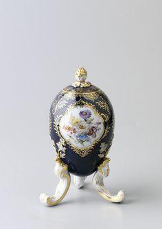 Avrupa Porselenleri | Topkapı Sarayı Müzesi Resmi Web Sitesi-Koleksiyonda Bohemya cam ve kristalleri önemli bir yer tutar. Bohemya'da 17. yüzyılın ilk yarısından itibaren, cam sanayisinde devrim yaratan bir teknikle yeni bir cam türü üretilmeye başlanmıştır. Koleksiyonda, Bohemya Cam Fabrikası'nda çalışan Ludwig Moser'in 1857-1893 yılları arasında ürettiği eserlerden, II. Abdülhamid için özel olarak yaptığı su takımı, kapaklı bir sürahi ve altı bardak bulunmaktadır.