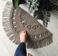 Yes, without a doubt, macrame additions are very premium. The weaving of the macram carpet is - Knitting - Premium crafts? Yes, without a doubt, macrame additions are very premium. The weaving of - # carpet and crafts diy Macrame Design, Macrame Art, Macrame Projects, Macrame Knots, Macrame Modern, Macrame Mirror, Circle Rug, Half Circle, Micro Macramé