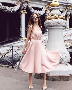 Платье миди на бретелях с открытой спиной выполнено из мягкой вискозы в одном из самых желанных цветов летнего сезона - нежном цвете пудры. Подчеркните свою женственность и будьте неотразимы ✨