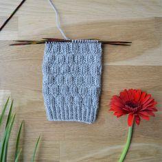 7 helppoa ideaa sukanvarteen - oikea ja nurja silmukka riittävät! Knitting Stitches, Knitting Socks, Crochet Socks, Knit Crochet, Boot Toppers, Wool Socks, Mittens, Slippers, Sewing