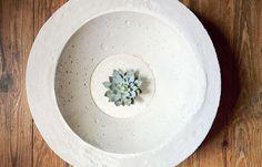 Cool Concrete Crafts Ideas! DIY Concrete Bowl Tutorial   http://diyready.com/concrete-crafts-8-creative-concrete-ideas/