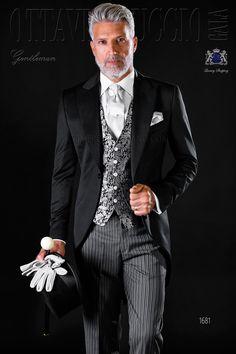 Chaqué clásico italiano a medida negro con solapa de pico y un botón corozo. Tejido en satén de pura lana. Traje italiano 1681 Colección Gentleman Ottavio Nuccio Gala.