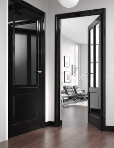 Hmmm zwart hoogglans deuren en deurposten en plinten ... ook sjiek