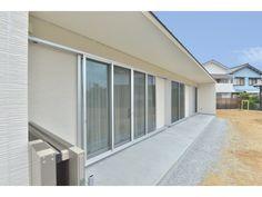 Onocom Design Center 雨どいをなくし雨が砂利の上にしとしとと落ち、雨景色を楽しむことができる贅沢なつくり。