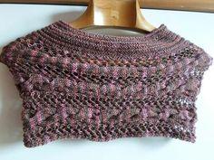 Coprispalle in pura lana con intrecci e trafori