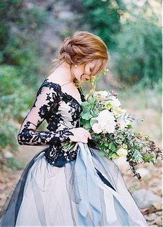 comprar Unique Tulle & Satin V-Neck Ball Gown Wedding Dresses With Lace Appliques de descuento en Dressilyme.com