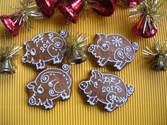 Christmas Gingerbread, Gingerbread Cookies, Royal Icing Cookies, Cookie Decorating, Cookie Cutters, Holiday Recipes, Frosting, Flora, Food And Drink