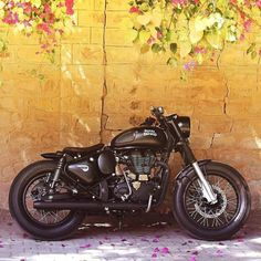Womens Motorcycle Helmets, Motorcycle Design, Motorcycle Style, Bike Design, Motorcycle Girls, Custom Cafe Racer, Cafe Racer Bikes, Royal Enfield Classic 350cc, Royal Enfield Wallpapers
