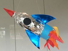 DIY; Raket & Raket rugzak » Fulltime Mama.nl Diy For Kids, Crafts For Kids, Arts And Crafts, School Projects, Art Projects, Solar System Projects For Kids, Handprint Art, Kindergarten Art, Space Theme