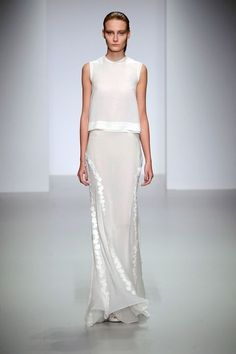John Rocha Spring Summer 2014 collection shown at London Fashion Week White Fashion, Look Fashion, Runway Fashion, Womens Fashion, Fashion Design, Beautiful Gowns, Beautiful Outfits, Fashion Vestidos, Party Mode