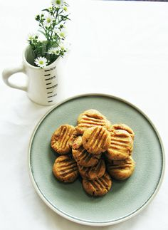 Raw Date and Peanut Butter Cookies (Adapted from Sprouted Kitchen) Ingredients: 1 cup ground almonds 1 tsp vanilla extract 1 cup pitted dates ½ heaped cup peanut butter Pinch of salt Method: Best Vegan Recipes, Raw Food Recipes, Sweet Recipes, Healthy Recipes, Raw Peanut Butter, Peanut Butter Cookies, Healthy Cooking, Healthy Snacks, Date Cookies